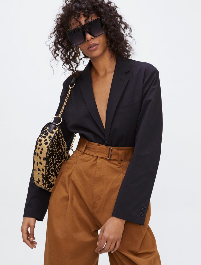 Så stylar du djurmönstret, djurmönstrad väska med annars enfärgad outfit