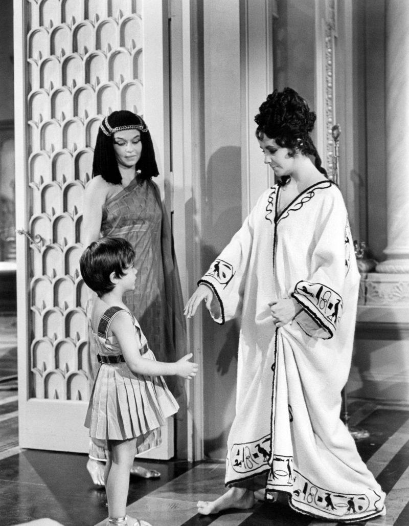Elizabeth Taylor iklädd kaftan i filmen Cleopatra, 1963