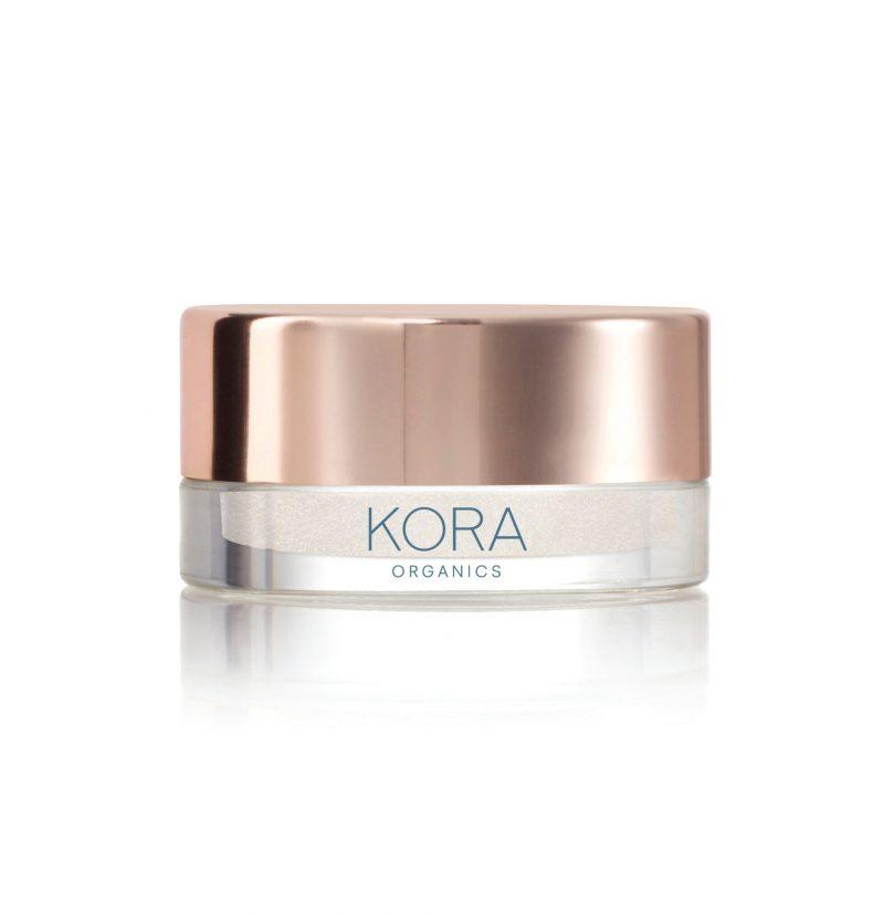 Kakan testar highlighter, här i form av Kora Organics Clear Quartz Powder