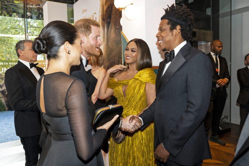 En bild på prins Harry som skakar hand med Jay-z. Med på bild är också hertiginnan Meghan Markle och Beyoncé.