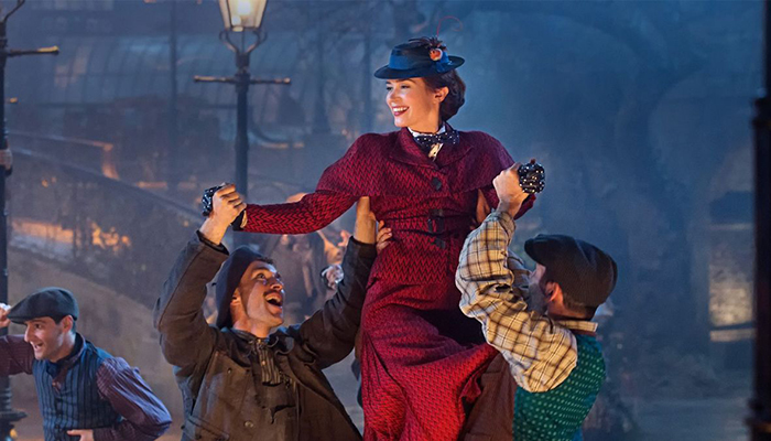 Mary Poppins får hela familjen att sjunga och dansa.