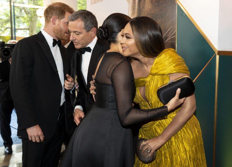 En bild från premiären av Lejonkungen, då hertiginnan Meghan Markle och artisten Beyoncé möttes offentligt för första gången.