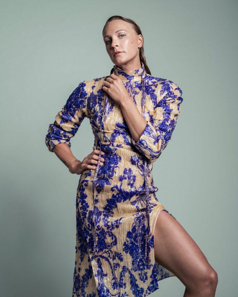 VM-aktuella Sarah Sjöström i exklusiv intervju i ELLE, klänning från Acne Studios.