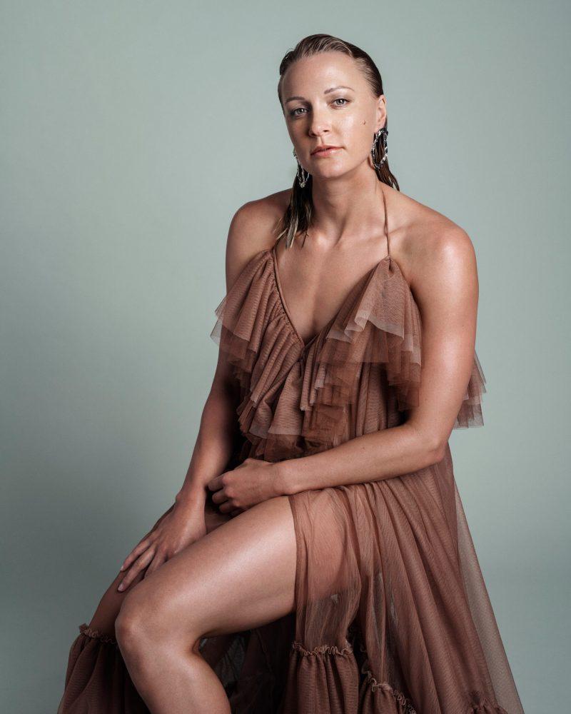 VM-aktuella Sarah Sjöström i exklusiv intervju i ELLE, klänning från Selam Fessahaye