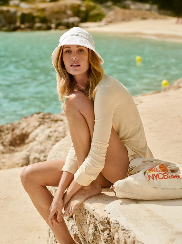 Sommarens strandmode 2019, beige skjorta och väska från Acne Studios