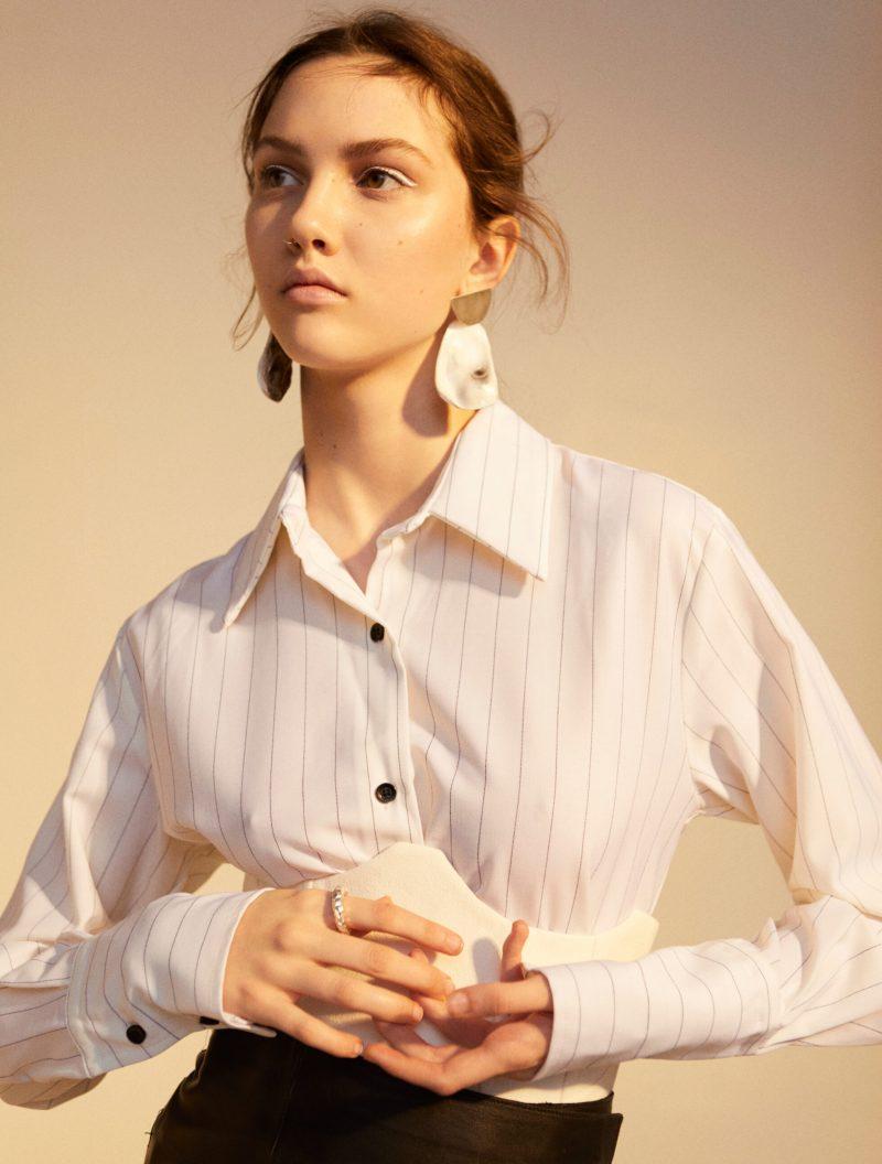 Tidlöst mode möter statement detaljer, vit skjorta från Avavav Firenze