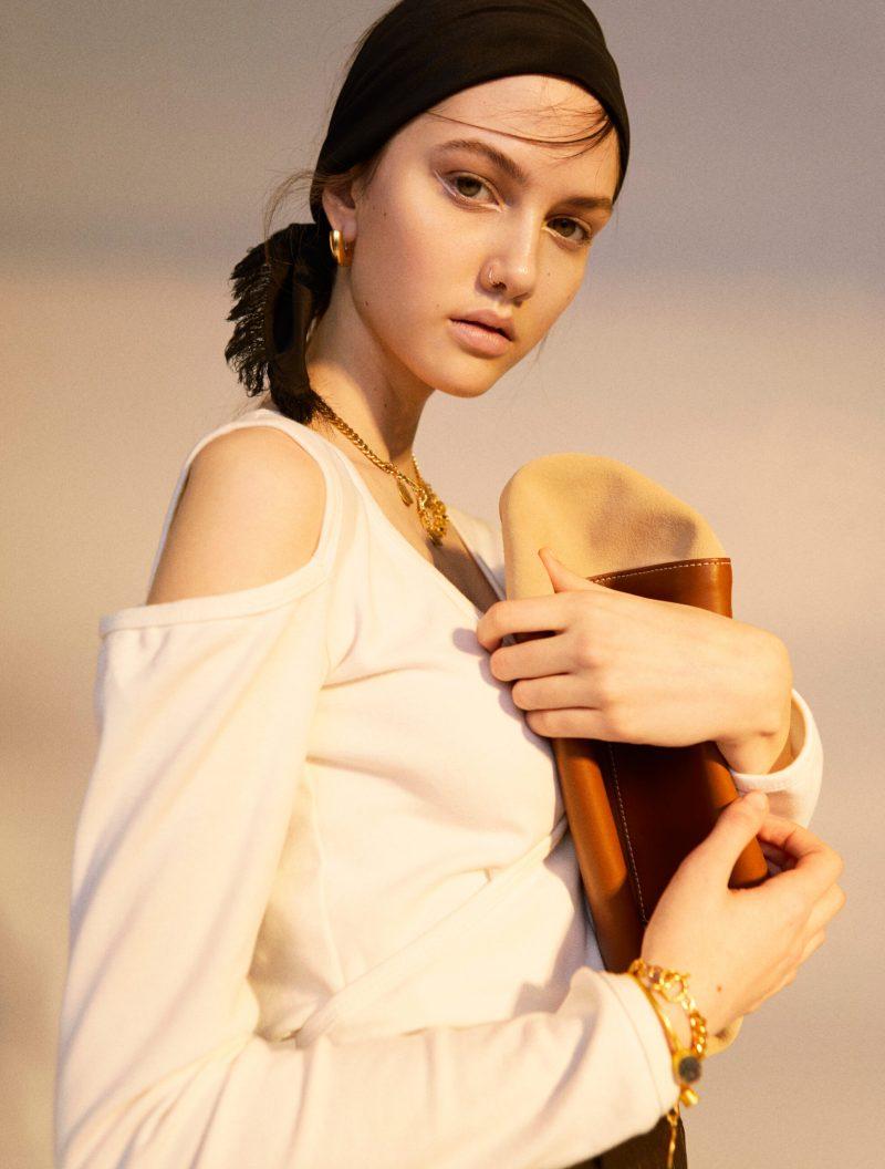 Tidlöst mode möter statement detaljer, vit topp från By Signe