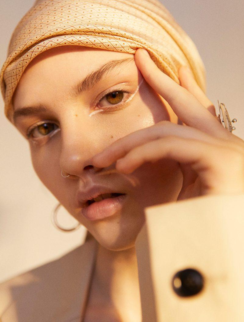 Tidlöst mode möter statement detaljer, orange sjal från Avavav Firenze
