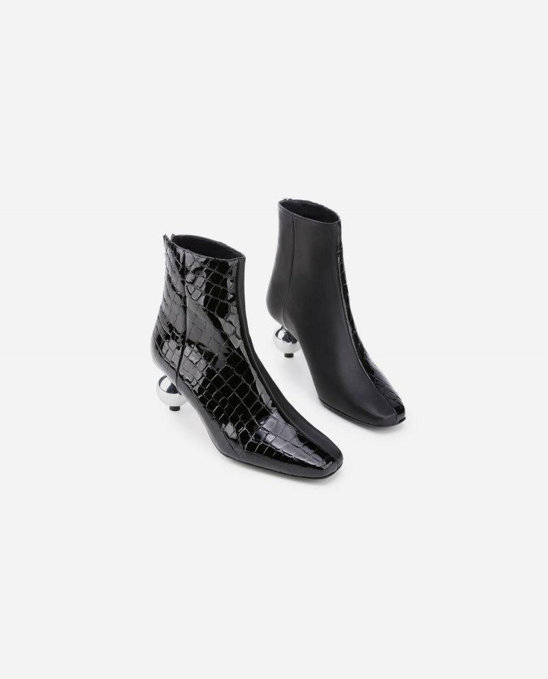 Svarta boots med en lekfull klack från designsamarbetet mellan Nina Sandbech x Flattered.