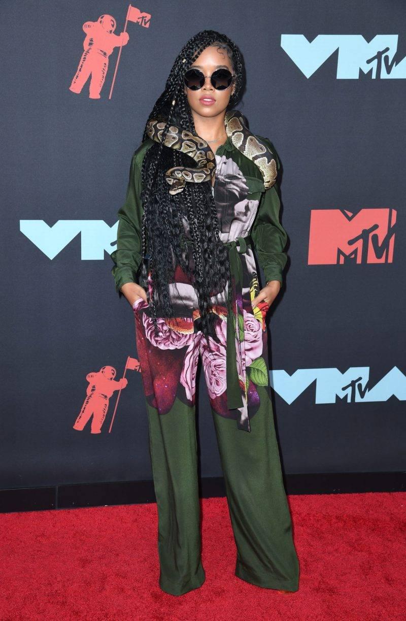 H.E.R. på röda mattan på VMA 2019