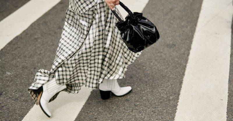 Vita boots med rutig kjol. Foto:Imaxtree