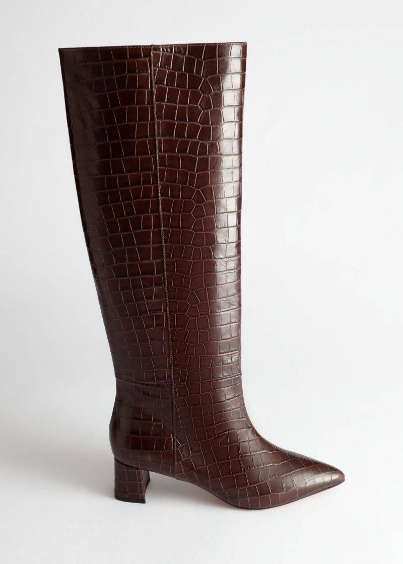 Bruna läderstövlar med krokodil-inspirerat mönster från & Other stories.