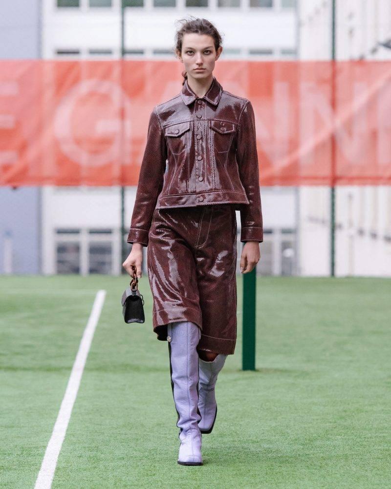 Ganni SS20-visning på Copenhagen Fashion Week, lackkappa i vinrött