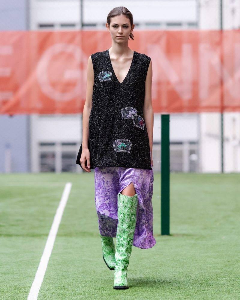 Ganni SS20-visning på Copenhagen Fashion Week, svart miniklänning med gröna boots