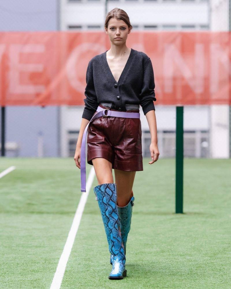 Ganni SS20-visning på Copenhagen Fashion Week, svart omlottsblus med röd kjol