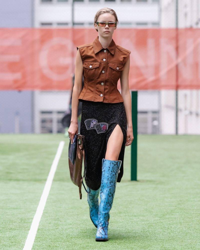 Ganni SS20-visning på Copenhagen Fashion Week, brun ärmlös skjorta med svart kjol