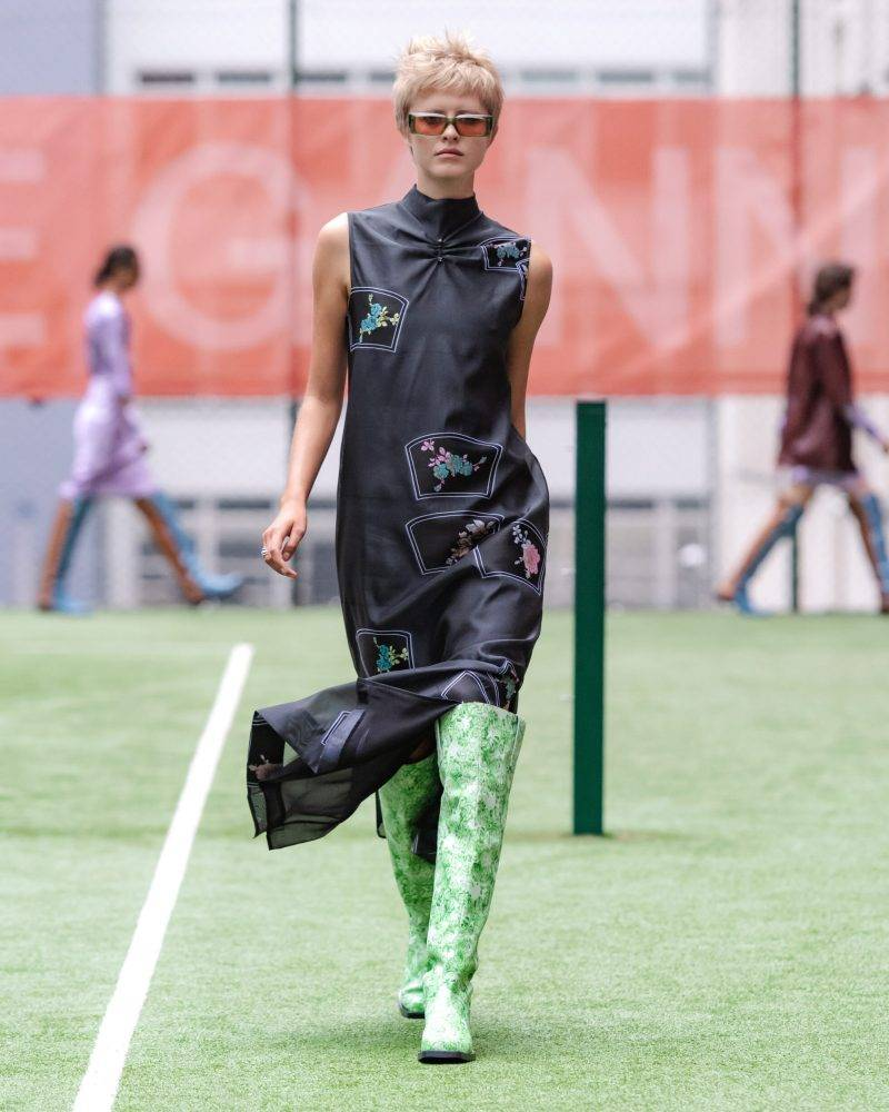 Ganni SS20-visning på Copenhagen Fashion Week, svart klänning med ljusgröna ormskinnsboots