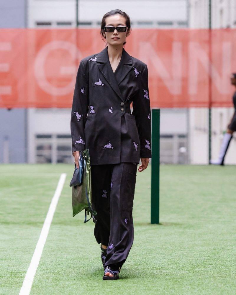 Ganni SS20-visning på Copenhagen Fashion Week, svart kostym med detaljer
