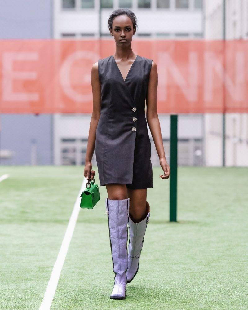 Ganni SS20-visning på Copenhagen Fashion Week, svart klänning med lila boots