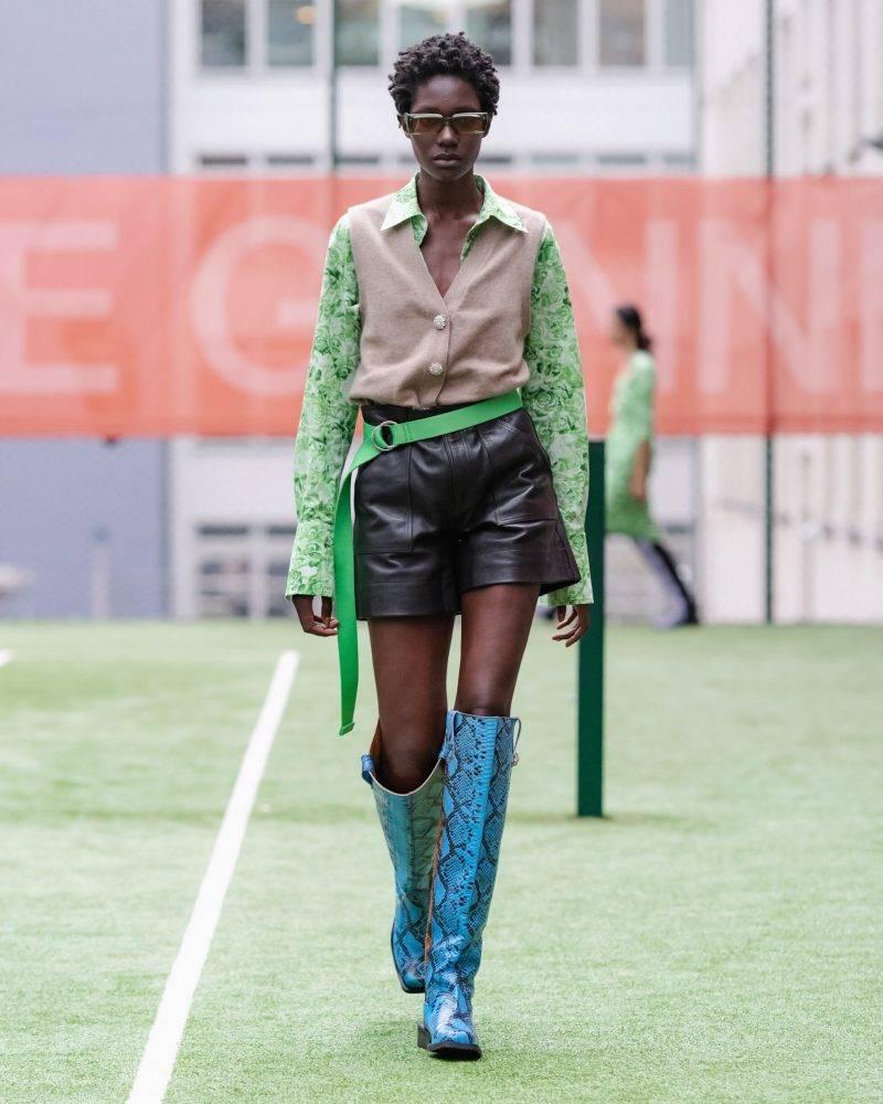 Ganni SS20-visning på Copenhagen Fashion Week, grön skjorta med beige väst och svart kjol