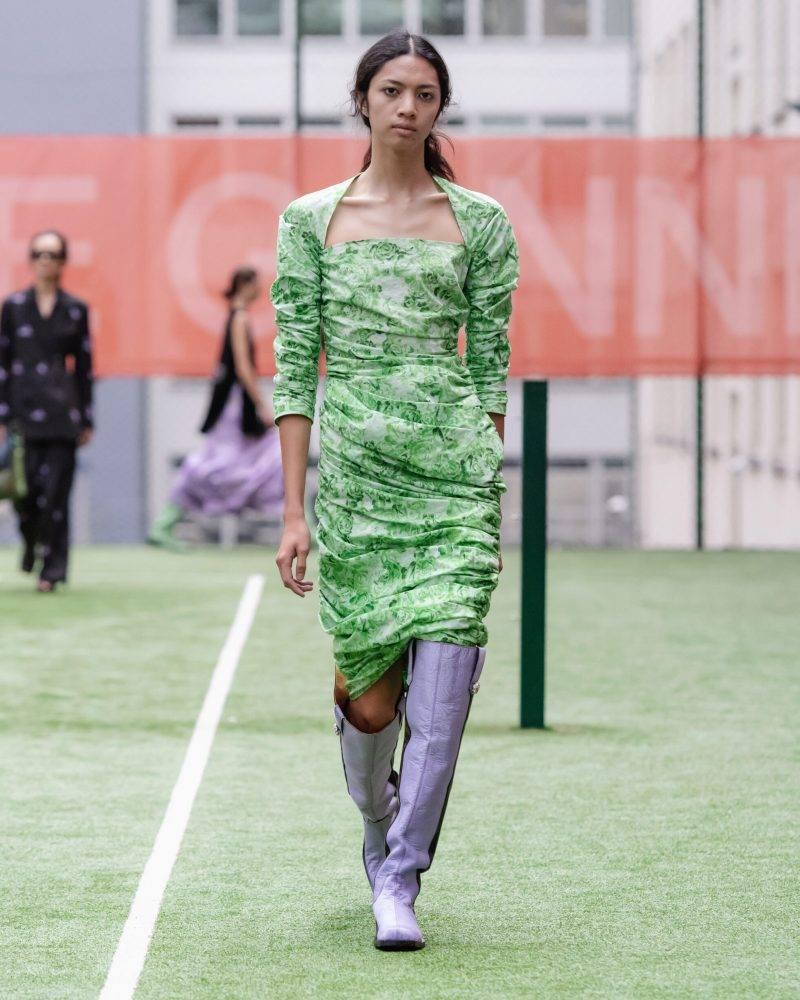 Ganni SS20-visning på Copenhagen Fashion Week, grön wrap-klänning med lila boots