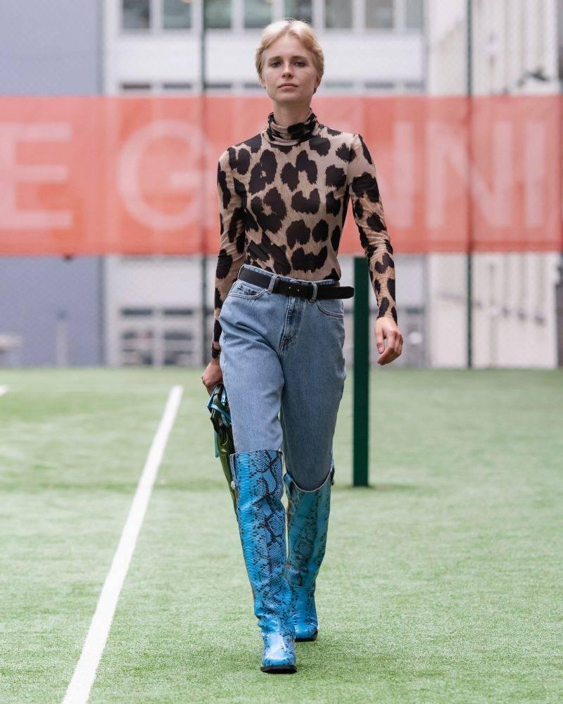 Ganni SS20-visning på Copenhagen Fashion Week, leopardmönstrad tröja och jeans
