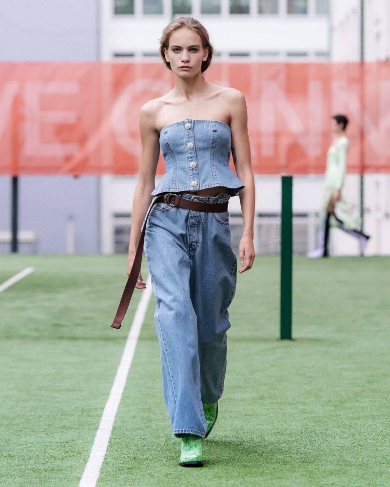 Ganni SS20-visning på Copenhagen Fashion Week, set i ljust denim