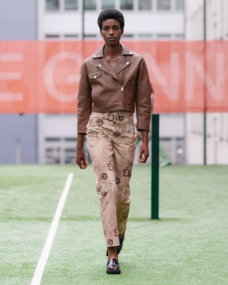 Ganni SS20-visning på Copenhagen Fashion Week, skinnjacka i chokladbrunt och beige byxor