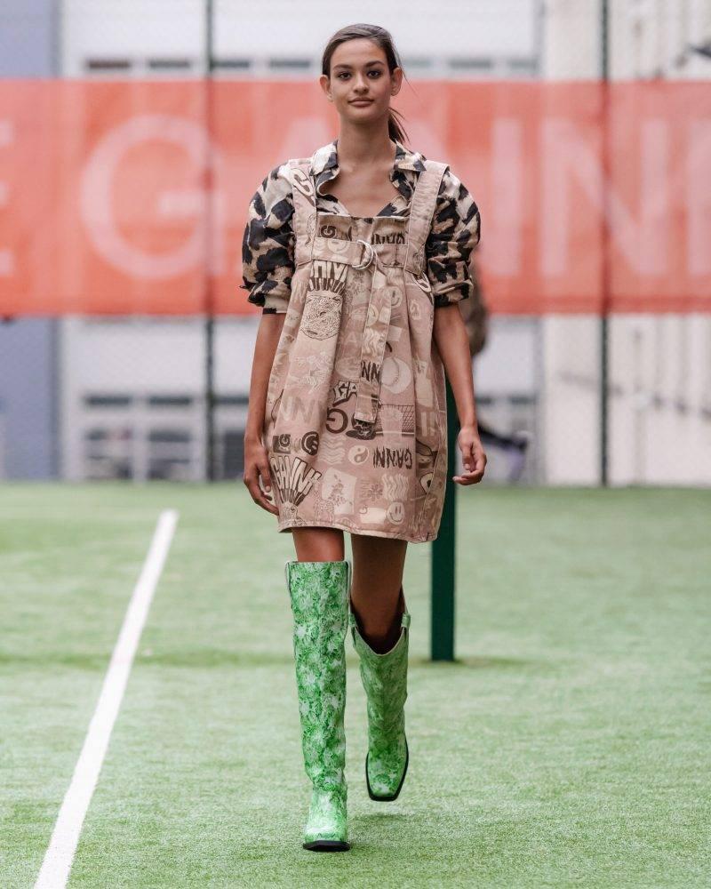 Ganni SS20-visning på Copenhagen Fashion Week, leopardmönstrad klänning och gröna boots