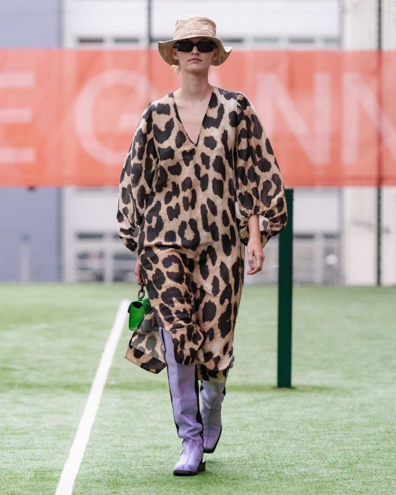 Ganni SS20-visning på Copenhagen Fashion Week, leopardmönstrad klänning