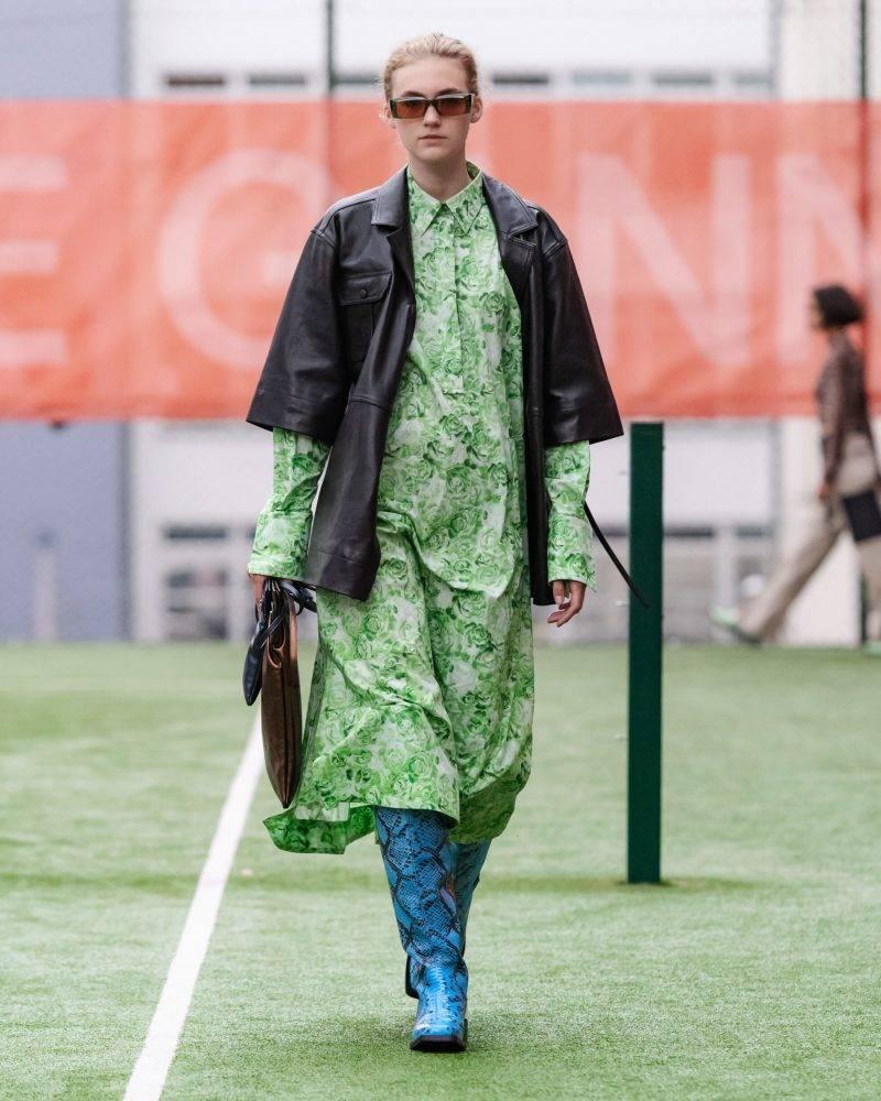 Ganni SS20-visning på Copenhagen Fashion Week, svart jacka och ljusgrön långklänning