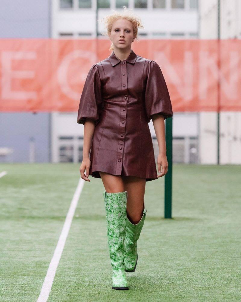 Ganni SS20-visning på Copenhagen Fashion Week, vinröd lackklänning