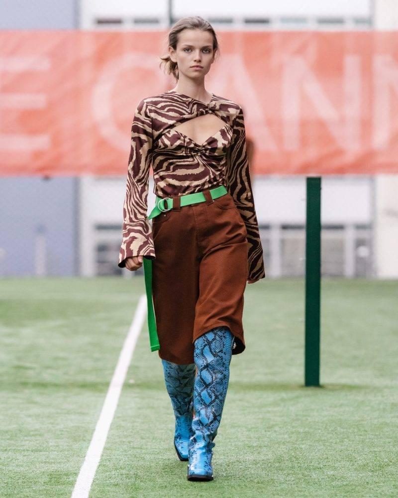 Ganni SS20-visning på Copenhagen Fashion Week, leopardmönstrad blus med brun kjol