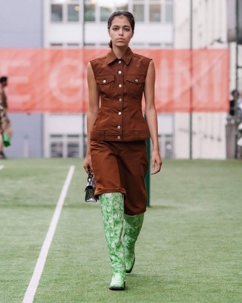 Ganni SS20-visning på Copenhagen Fashion Week, helbrun outfit med ljusgröna boots