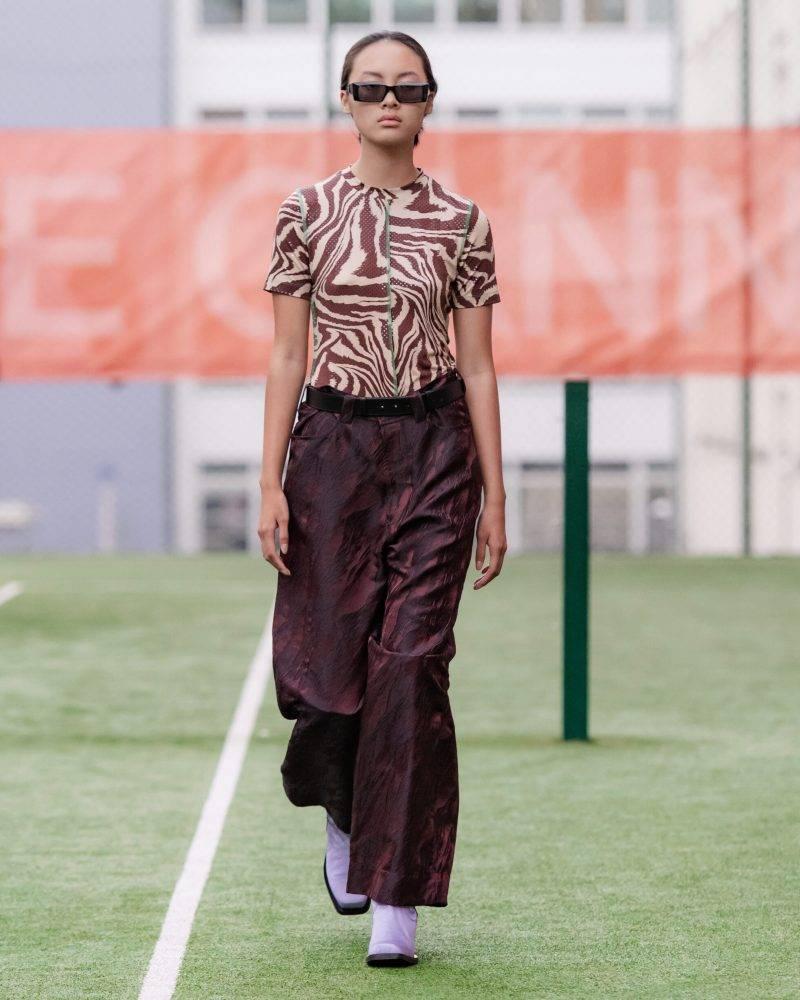 Ganni SS20-visning på Copenhagen Fashion Week, djurmönstrad blus med brun kjol