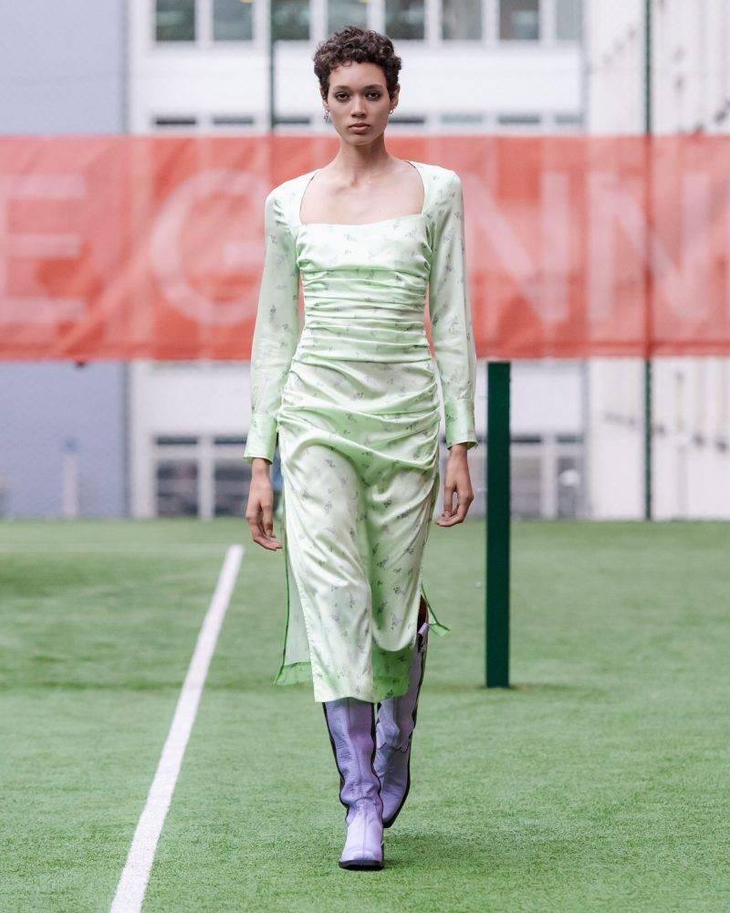 Ganni SS20-visning på Copenhagen Fashion Week, ljusgrön klänning med knähöga lila boots