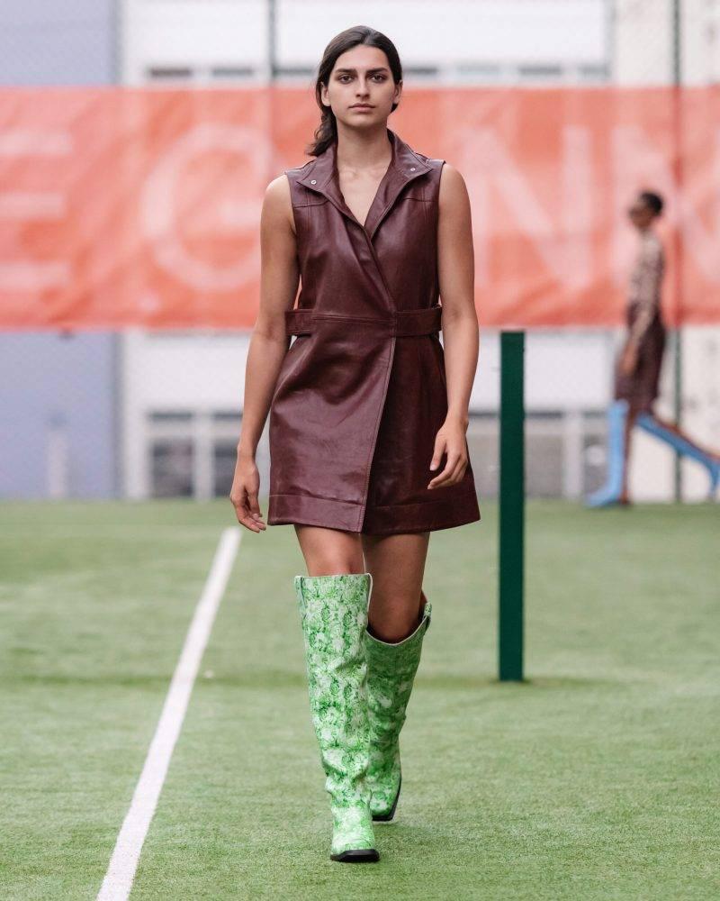Ganni SS20-visning på Copenhagen Fashion Week, brun klänning