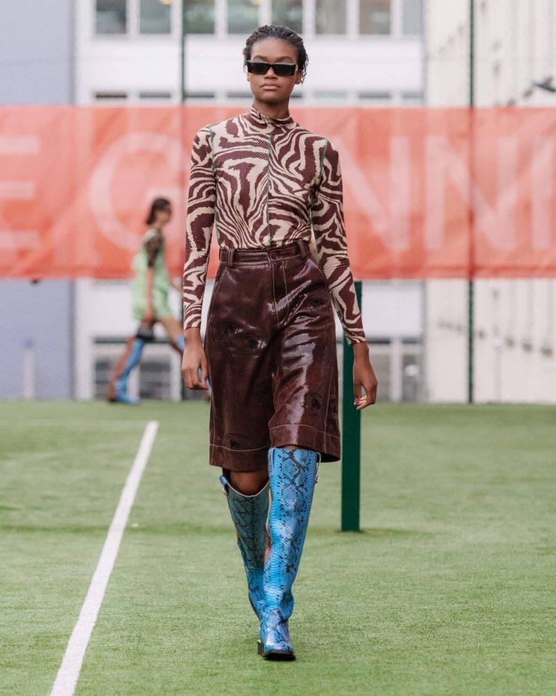 Ganni SS20-visning på Copenhagen Fashion Week, leopardmönstrad tröja och lackkjol