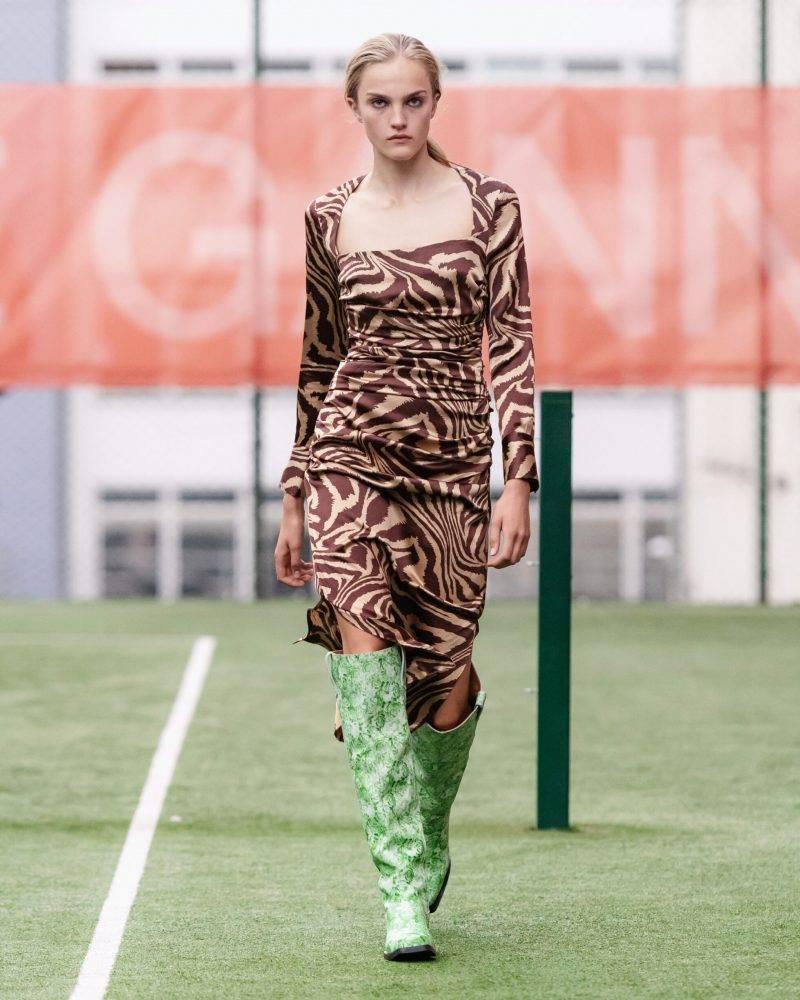 Ganni SS20-visning på Copenhagen Fashion Week, djurmönstrad klänning