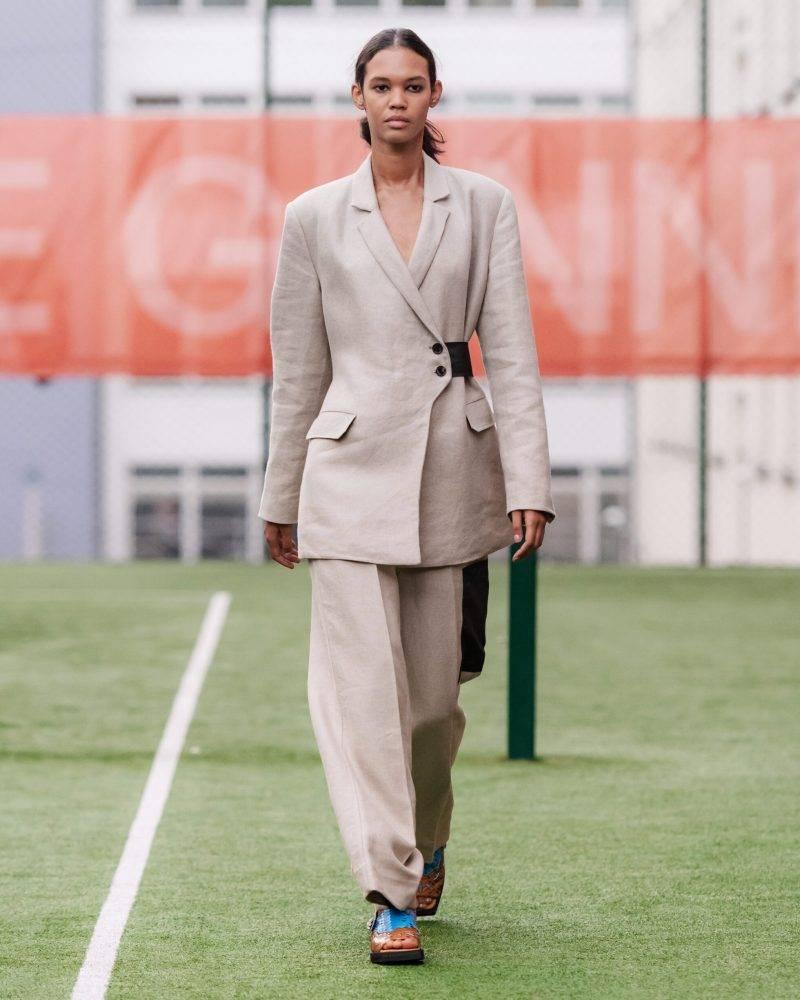 Ganni SS20-visning på Copenhagen Fashion Week, beige kostym