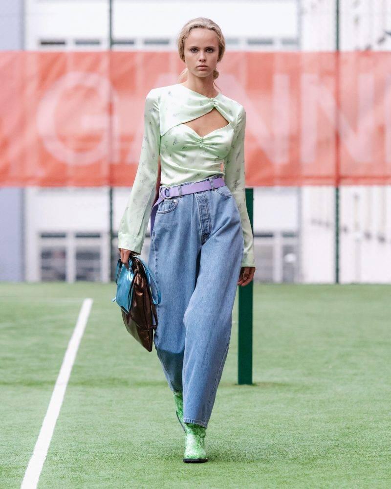 Ganni SS20-visning på Copenhagen Fashion Week, ljusgrön blus och 90-tals jeans