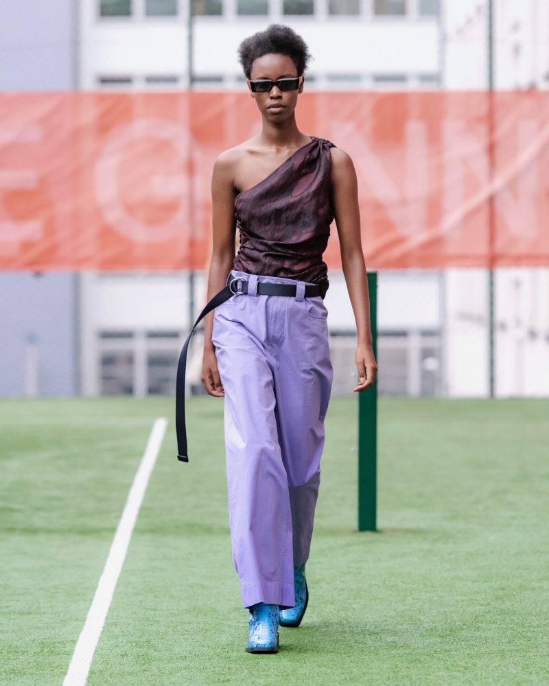 Ganni SS20-visning på Copenhagen Fashion Week, lila byxor med vinröd blus