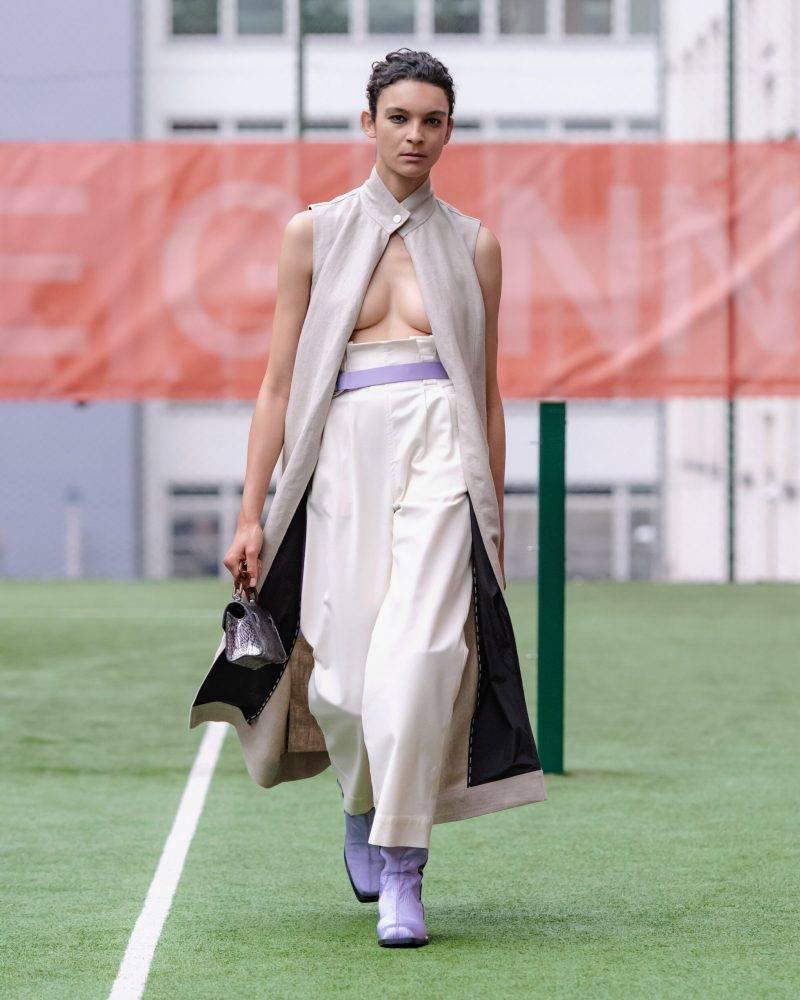 Ganni SS20-visning på Copenhagen Fashion Week, ljusbeige look