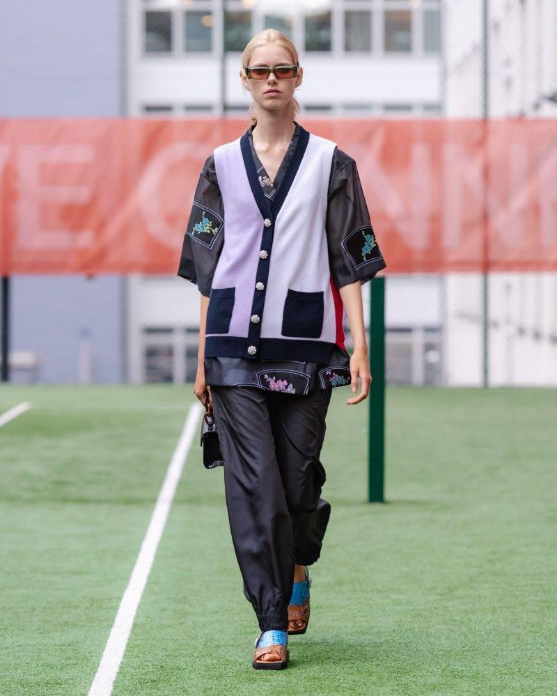 Ganni SS20-visning på Copenhagen Fashion Week, lila-svart kofta