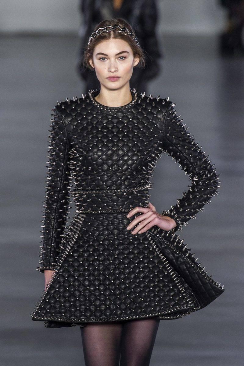 Nitklänning från Balmains höstkollektion 2019.