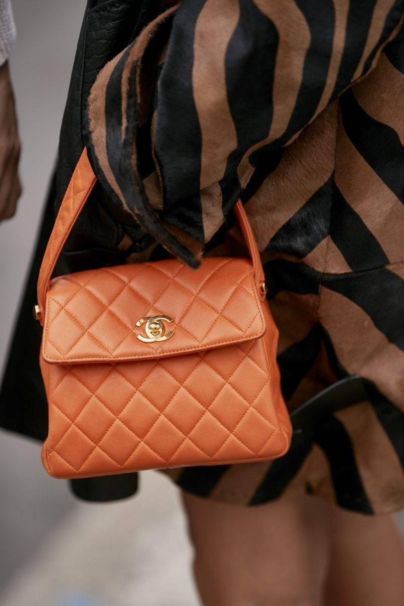 Milano Fashion Week Streetstyle SS20. Orange cäska från Chanel.