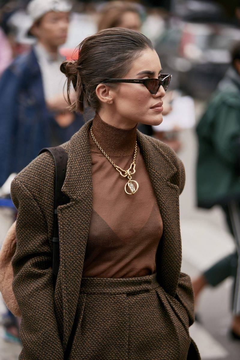 Milano Fashion Week Streetstyle SS20. Kvinna i chokladbrun look.