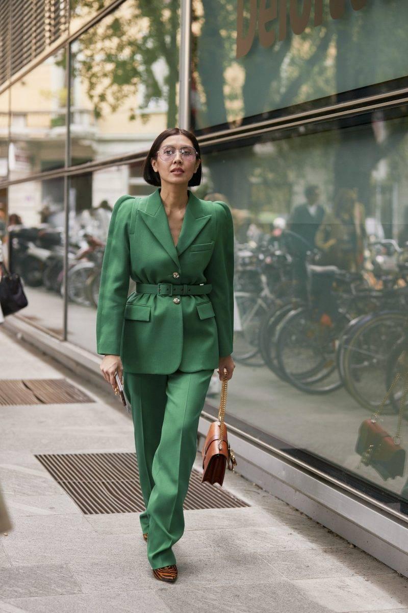 Milano Fashion Week Streetstyle SS20. Grön kostym.