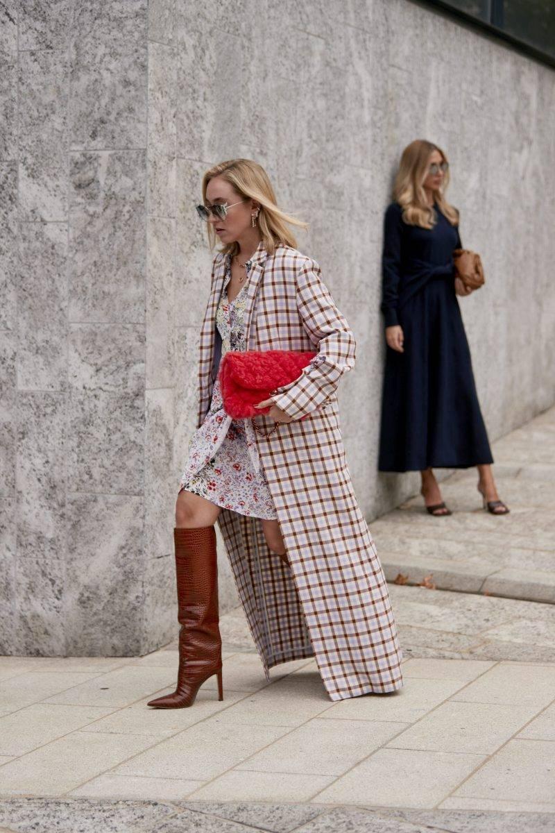 Milano Fashion Week Streetstyle SS20. Rutig kappa och höga stövlar.