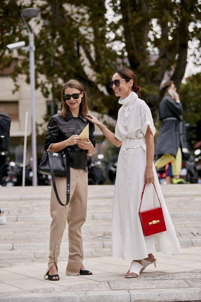 Milano Fashion Week Streetstyle SS20. Två vänninor blir streetstyle fotograferade.